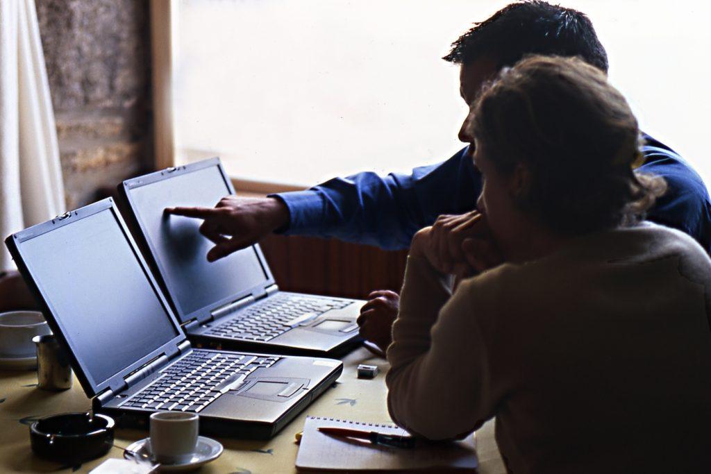 travail commun sur un ordinateur